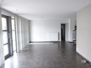 Een gelijkvloers appartement, gelegen op het centrum van Lovendegem, vlakbij alle noodzakelijke winkels. Het appartement beschikt over een inkomhal, b