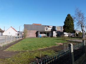 Stuk bouwgrond op een hoekperceel met een nog te slopen woning, mogelijkheid tot het bouwen van een open bebouwing. Deze bouwgrond heeft een totaal op