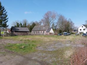 Twee percelen bouwgrond geschikt voor twee open bebouwingen met een oppervlakte van 465m² en 483m². gelegen in de landelijke omgeving van Vi