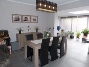 Instapklare gerenoveerde woning in het centrum van Lovendegem, de woning beschikt over een inkomhal ruime woonkamer, ingerichte keuken, ruime wasplaat