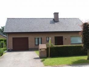 Goed onderhouden bungalow gelegen in een rustige residentiële wijk met volgende doordachte indeling: Inkomruimte, met ingemaakte dressing, bezoek