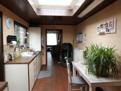 Deze instapklare woning is volledig gerenoveerd beschikt over een inkomhal, ruime woonkamer met ingebouwde haard , aangename eethoek, ingerichte keuke