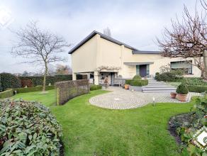 In het centrum van Wommelgem bevindt zich deze instapklare villa afgewerkt met hoogwaardige kwaliteitsmaterialen. De villa bestaat uit een ruime inkom