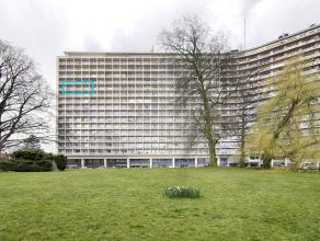 Magnifique appartement très lumineux situé au 11ème étage de 110 m² avec vue sur Bruxelles. Complètement r&eac