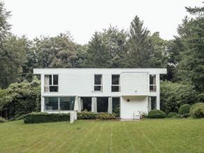 OMSCHRIJVING Ultieme sixties villa van Vlaams architect Marc Dessauvage In de opgerepte natuur op de grens Kalmthout/Kapellen-bos aan het militair dom