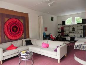 ENGELAND: Superbe maison avec jardin entièrement rafraichi se composant de: Au rez de chaussée: Hall d'entrée, vestiaires, salon
