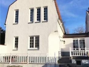 Charmante maison entièrement rénovée, située dans un quartier très calme (clos). Elle nous présente 1 lumine