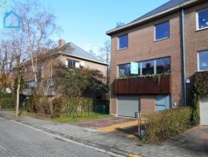 Linkebeek limite Uccle, belle maison +-210 m², 3 façades entièrement remise à neuf ! Celle-ci comprend au rdc : un double ga