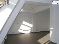 Duplex à louer de +/- 100m².Le duplex a été entièrement rénové. Au niveau du 5ème étage,