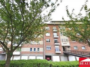 Bel appartement au centre ville, comprenant un hall d'entrée, une toilette, un living de 26m², une cuisine américaine équip&