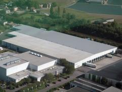 Dit magazijn heeft een vrije hoogte van 8 meter en is goed gelegen in het industrieterrein te Londerzeel. De op-en afritten van de A12 bevinden zich o