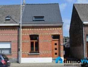 We vinden deze mooie half-open bebouwing direct aan het centrum van Edegem. De woning werd de laatste jaren flink gerenoveerd. Zo werd er ondermeer ee