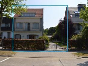 Nabij het centrum van Edegem vinden we een ruim perceel van 839 m² bestaande uit woonst, bouwgrond en werkplaats. Niettegenstaande de centrale li