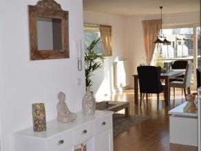 Hedendaags en recent appartement (bj 2009)gelegen op een toplocatie te Wilrijk.Via de trap of lift betreden we het appartement op de 2e verdiepi