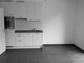 Prox Basilique. Joli studio NEUF (± 40 m²) + petite terrasse. Hall d'entrée, un living avec coin à dormir, cuisine éq