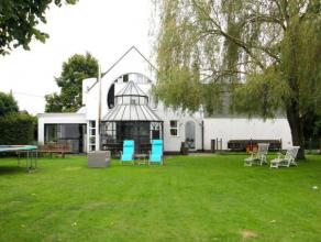 Indeling gelijkvloers;Uitstraling is het codewoord van deze recent gerenoveerde villa die uitkijkt op de tuin en prachtige weilanden. Na de mooie voor