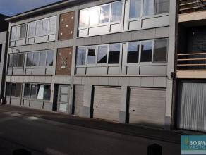 Instapklaar 2 slaapkamer dakappartement op de tweede verdieping in het centrum van Arendonk. Indeling: woonkamer, keuken (ijskast, gasfornuis met damp