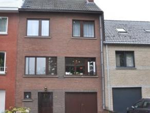 Située dans un quartier calme proche du centre de Waterloo, agréable maison de style bel étage implantée sur 1are90ca. Ell