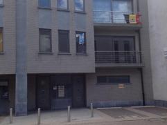 Dit mooie appartement op de eerste verdieping omvat een inkomhal, ruime woonkamer met open keuken. Achteraan de woning is er een ruim terras. Deze won