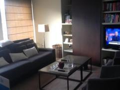 Dit Appartement is gelegen vlak bij het centrum en winkelcentrum van Aalst. Deze woning omvat een inkomhal, mooie woonkamer en keuken. Achteraan de wo