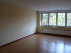 Te huur te Aalst op de 2de verdieping. Dit zeer ruime appartement omvat een inkomhal, ruime woonkamer, keuken met bijhorende apparaten en 3 slaapkamer