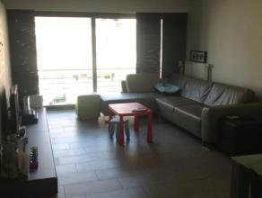 Dit mooi appartement nabij het station van Erembodegem ligt op de eerste verdieping en omvat een ruime woonkamer met open keuken. In de keuken zijn al