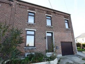 SOUS COMPROMISBelle maison avec garage, terrasse et jardin sur 10a68. Rez: hall, living en L avec coin cuisine (taque vitro, hotte, four, frigo), salo