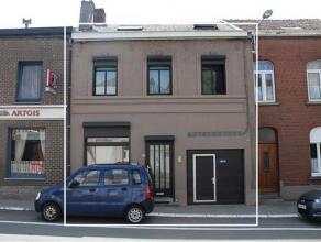 Genappe (Centre) Belle maison avec cour, garage et jardin sur 1 are 85 centiares. Rez : salon, salle à manger, cuisine avec meuble-évier