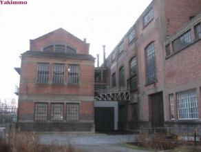 Immeuble arrière situé dans un zoning privé et sécurisé. Comprend trois niveaux. 1: atelier de 400m² avec entr
