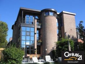 Magnifique villa contemporaine 3 façades, elle se situe au calme dans le quartier prisé et verdoyant du Chenois. Ses 180 m² se comp