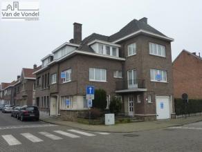 Deze zeer ruime burgerwoning is strategisch gelegen in het centrum van Aalst en is momenteel opgedeeld in een dokterspraktijk en een ruim woonhuis. Ze