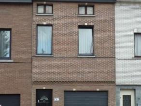 Deels afgewerkte rijwoning met twee (drie) slaapkamers met garage en zuidgerichte-tuin, gelegen aan de stadsrand van Aalst, dichtbij het centrum van A