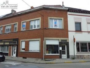 Deels te renoveren stadswoning met twee slaapkamers en in te richten zolder in centrum Aalst. Gelegen aan de Houtmarkt, op een boogscheut van de Grote