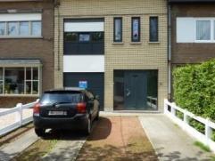 Deze ruime, instapklare woning is zeer strategisch gelegen. In de nabijheid van de E40, het centrum van Aalst, winkels, scholen en openbaar vervoer. D
