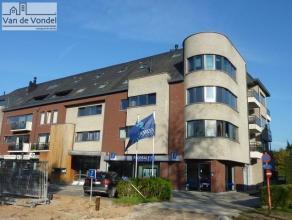 Zeer ruim (159m² !!) duplex-appartement (2005) met 3 slaapkamers en 2 badkamers, gelegen op de derde verdieping aan de stadsrand van Aalst, vlakb
