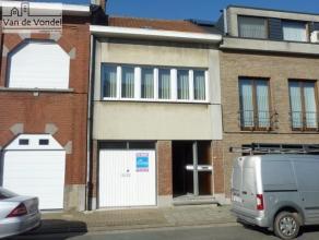 Deze op te frissen/te renoveren woning is strategisch gelegen nabij het centrum en ligt op 2a11ca. De woning is gelegen in een rustige en verkeersarme