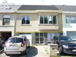 Te huur: 100% instapklaar en gerenoveerd appartement te Erembodegem. Het appartement is centraal gelegen in Erembodegem, vlakbij de E40, het station,