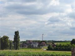 In de Boeregemstraat ligt dit bijzonder interessant perceel bouwgrond van 1539m². Dit perceel heeft een straatbreedte van +/- 35m en is +/- 40 me