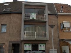 Dit ruime appartement op de tweede verdieping (168m²) met drie slaapkamers of twee slaapkamers en een apart bureau is gelegen in het centrum van