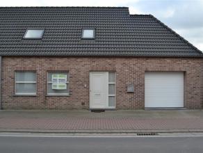 Deze moderne halfopen bebouwing op grens tussen Vichte en Waregem is een ideale woning voor wie ruimte en comfort zoekt. De hoogwaardige afwerking van
