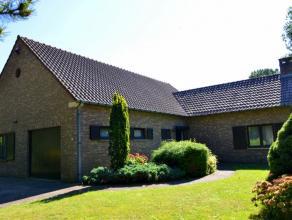 Deze gelijkvloerse woning is zeer rustig gelegen in een residentiële woonwijk vlakbij het centrum van Genk en de campus van het ZOL. De woning be