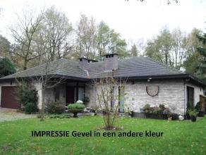 Rustig en residentieel gelegen villa met zeer grote zolder op 2.472m² grond! Voorzien van 3 slks. en 2 badk., een dubbele inpandige garage, buite