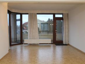 Zeer centraal gelegen appt. met 2 slks. op een derde verdieping met lift, ruime keuken, badkamer, aparte douchekamer, terras , balkon en een priv&eacu