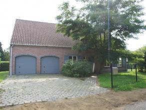 Ruime en rustig gelegen villa op ca 1.246m² met 4 slaapkamers, 2 badkamers en een dubbele inpandige garage.Gelijkvloers:- Inkomhal op tegelvloer