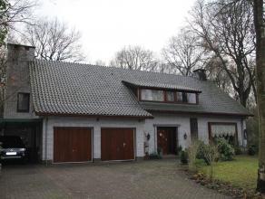 Rustig gelegen villa met veel woonvolume op ca 3.000m² in residentiële buurt! Ingericht met 5 slks., 2 badk., een dubbele inpandige garage e