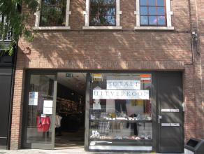 Ruime handelszaak op AAA-locatie in hartje Brasschaat-Centrum, mèt achterinkom + een autostaanplaats! De handelsruimte is ongeveer 137m² m