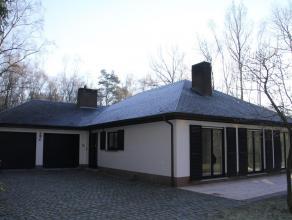 Ruim, gelijkvloers landhuis in goede staat op 2.160m² grond. Zeer lichte woonkamer met aansluitend een halfopen keuken, 3 slks., badkamer en een