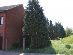 Centraal gelegen bouwperceel voor gesloten bebouwing op 438m², met een straatbreedte van 7m. Het perceel is eveneens toegankelijk via achterzijde