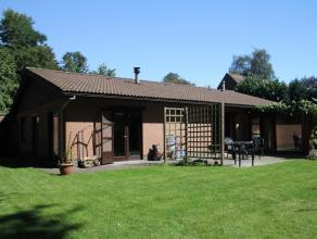Zeer kindvriendelijk gelegen gezinswoning met 3 slks., badkamer en een ruime leefkeuken met aansluitend een toffe veranda, daarnaast is er nog een gro