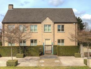 Prachtige villa in een rustige straat met volwassen aangelegde tuin en aanpalend weiland gelegen te Sint-Amandberg/ Destelbergen. Samenstelling: Ruime